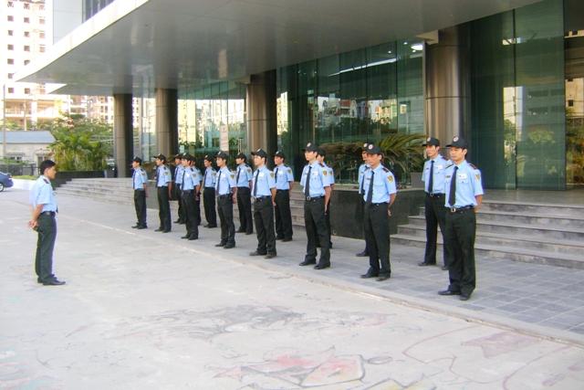 giao ca bảo vệ tòa nhà văn phòng